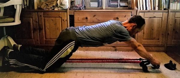 Bauchmuskeltrainer mit Widerstandsbändern