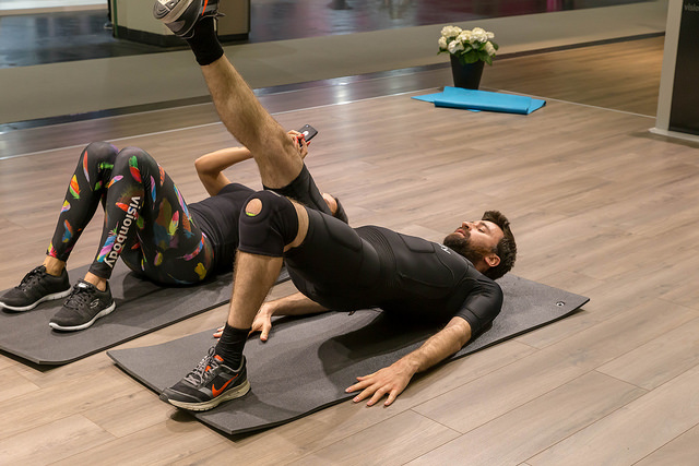 Rückentraining im Fitnessstudio auf einer Gymnastikmatte